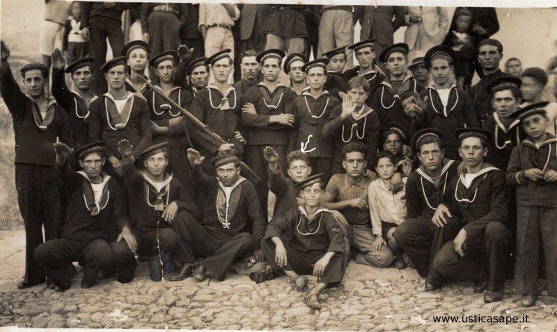 """Foto di gruppo dell' """"epoca"""" – riconoscibile al centro il giovane Camillo con l'impeccabile saluto fascista"""