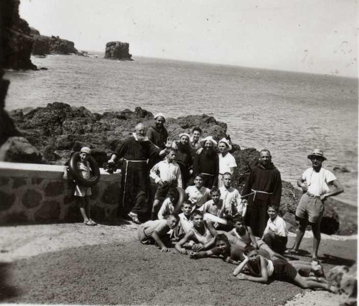 ragazzi dell'Azione Cattolica a mare con Padre Carmelo e Padre Marcello