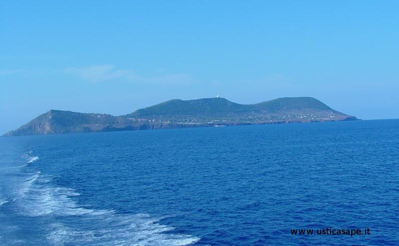 Ustica, dall'aliscafo per Napoli