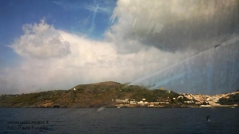Arrivo ad Ustica in una giornata nuvolosa