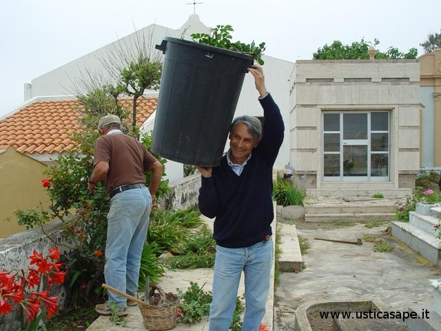Volontariato per la pulizia del Cimitero - 04-05-2010