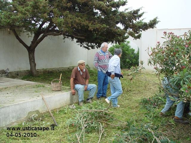 f-c-7987a-volontariato-per-la-pulizia-del-cimitero-04-05-2010