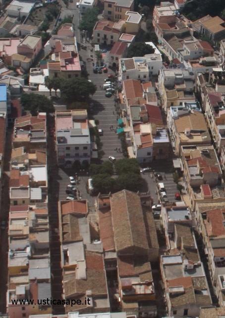 Ustica, piazza Umberto I° vista dall'alto