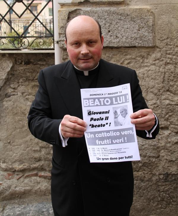 Padre Lauro mostra il Beato Giovanni Paolo II