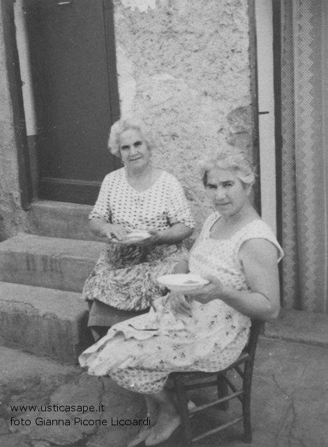 Nonne attente a pulire le lenticchie di Ustica