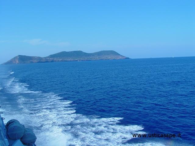 Ustica vista da Nord con aliscafo in partenza per Napoli