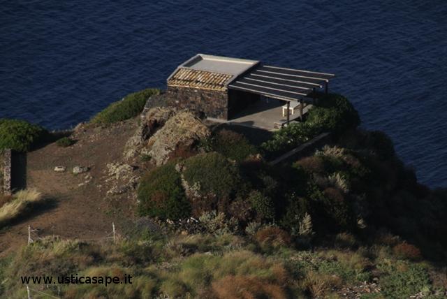 Ustica, piccola casetta sul mare