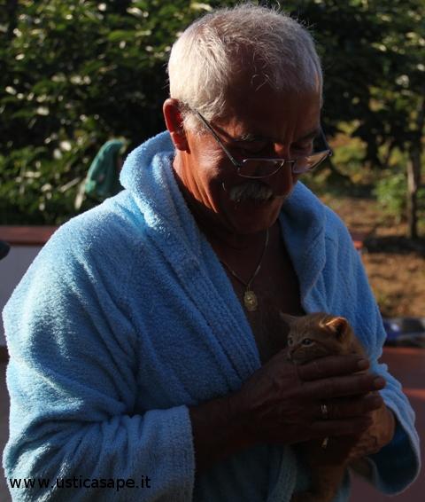 Pino, appuntamento con il gattino dopo la doccia e prima della colazione