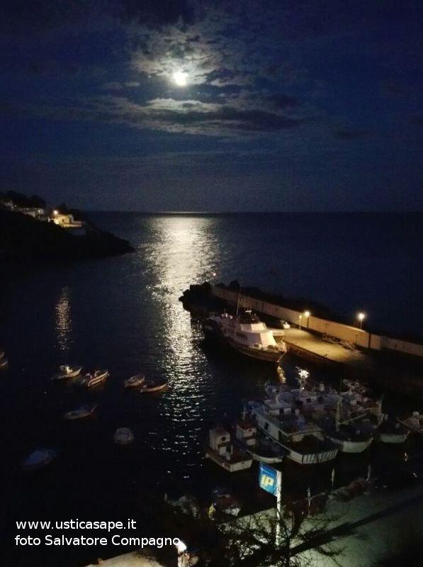 Grande e luminosa luna sulla cala di Ustica