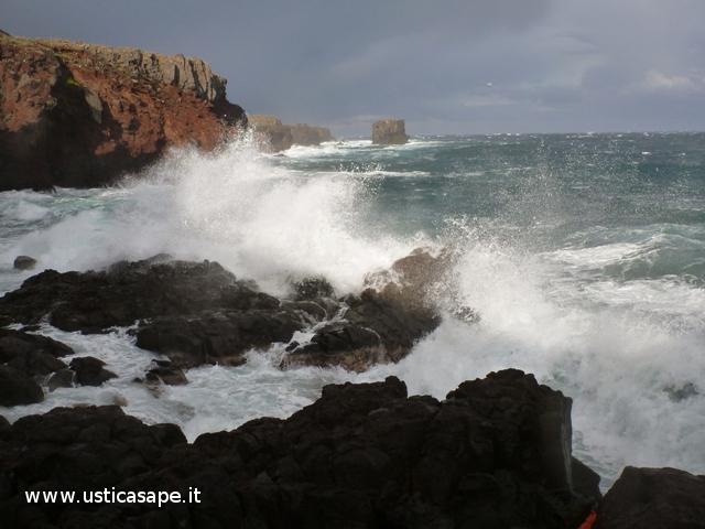 Ustica, zona Faraglioni mare molto mosso