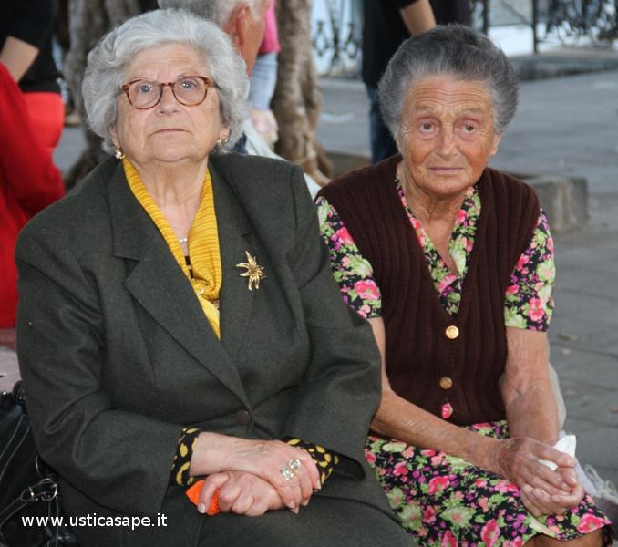 Due amiche in attesa della processione