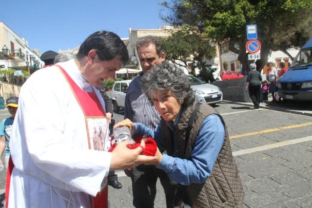 foto ricordo con le reliquie di San Bartolomeo