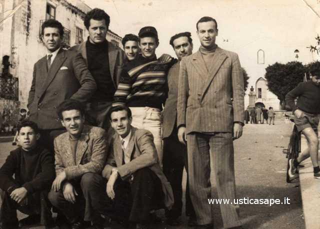 Consueta foto fatta nella piazza di Ustica in un giorno festivo
