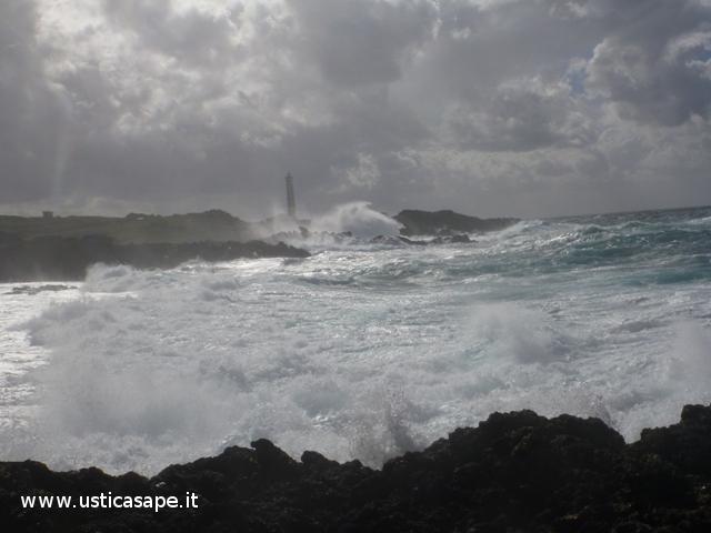 Faro Punta Cavazzi, mare agitato