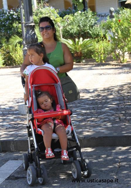 Angelita con le figlie al pre-consiglio