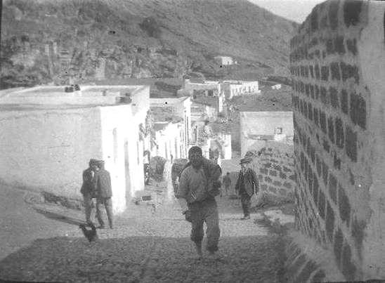Ustica,  strada che porta al porto - ex case pescatori