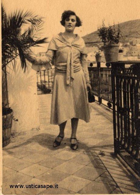Orsolina Zoda mostra un vestito dìepoca