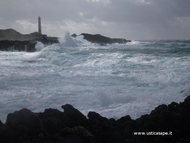 Ustica faro di Punta Cavazzi,  mare molto mosso