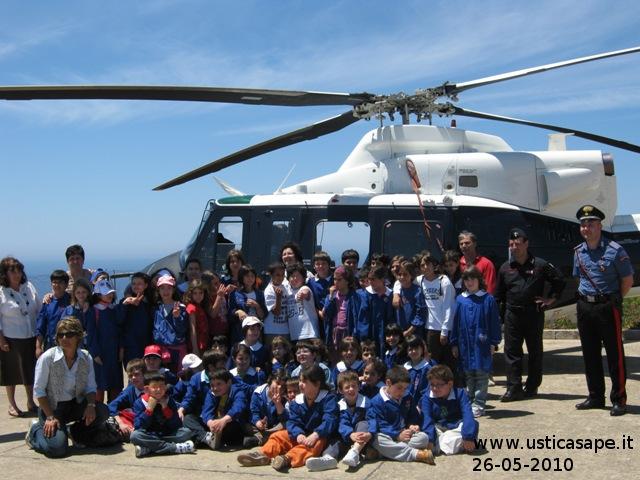 Ustica, scolaresca in visita elicottero Carabinieri