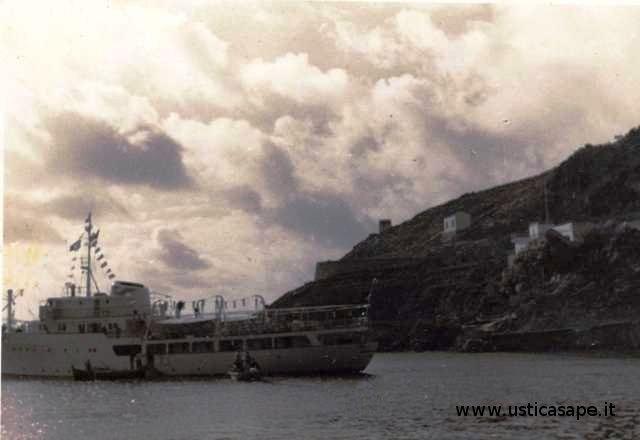 Ustica, nave in rada e sbarco con le barche