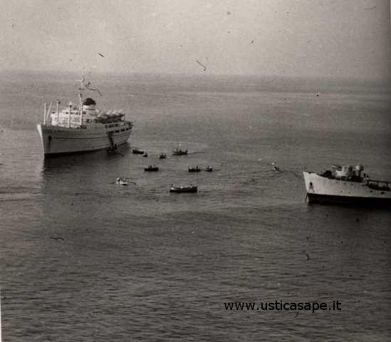 Ustica, domenica, sbarco turisti  da nave in rada