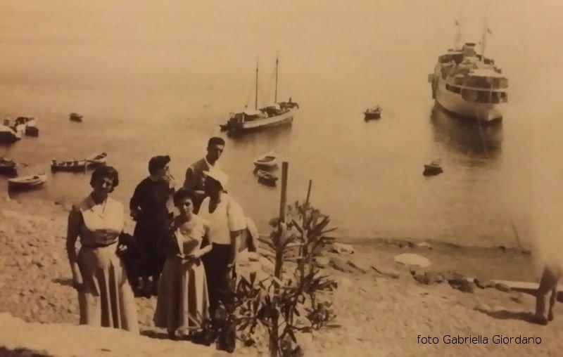Nave e veliero in rada nella cala di Ustica
