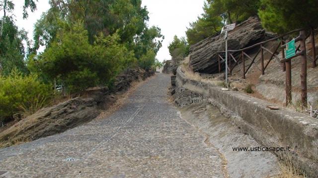 Ustica, strada che porta al Castello Saraceno