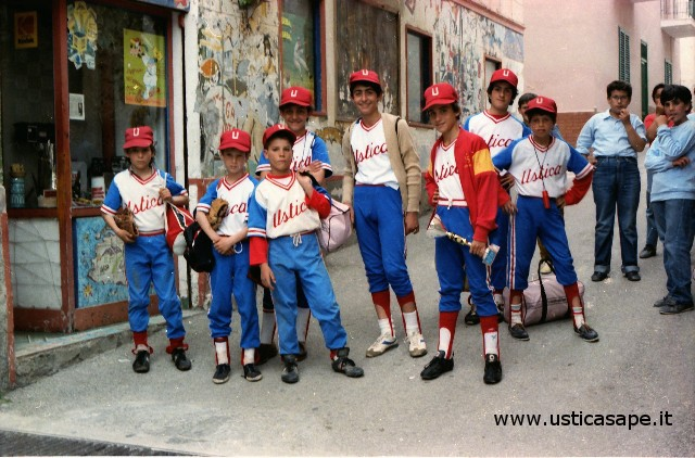 Foto ricordo, ragazzi del Baseball in via San Giacomo