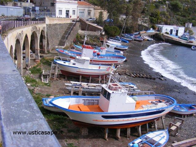 Ustica, barche in secco per il rimessaggio invernale