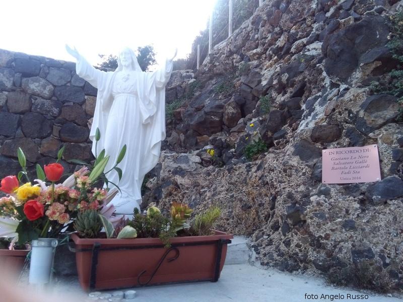 """Statua del Cristo Redentore donata dalla famiglia Lo Nero in ricordo dei nostri giovani """"saliti al cielo""""."""