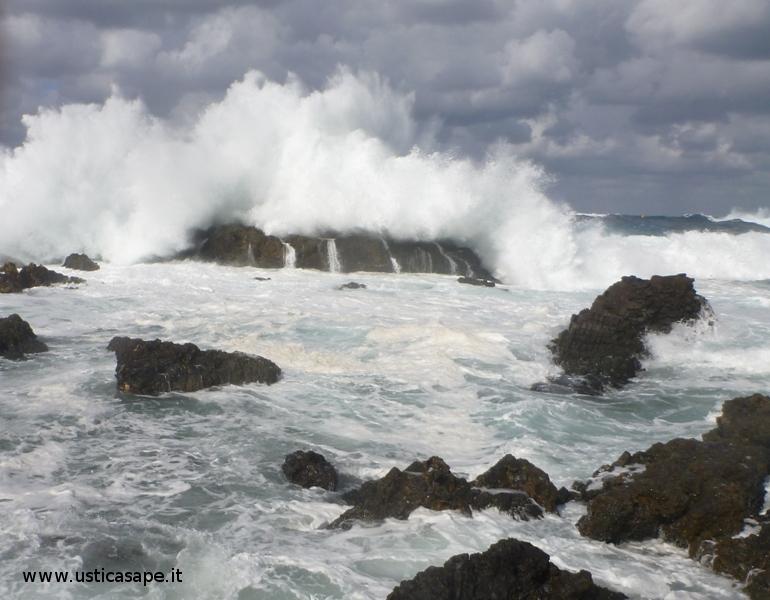 Ustica calette Sidoti, mare molto mosso