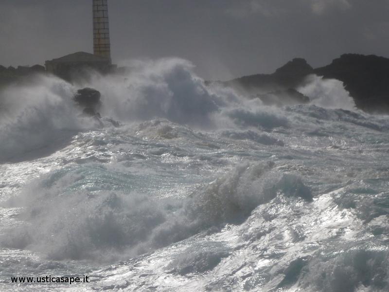 Mare Agitato faro Punta Cavazzi