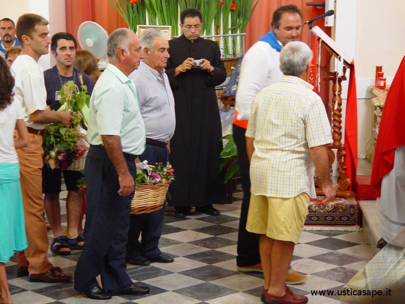 Ustica San Bartolomeo, antica tradizione portare doni all'altare