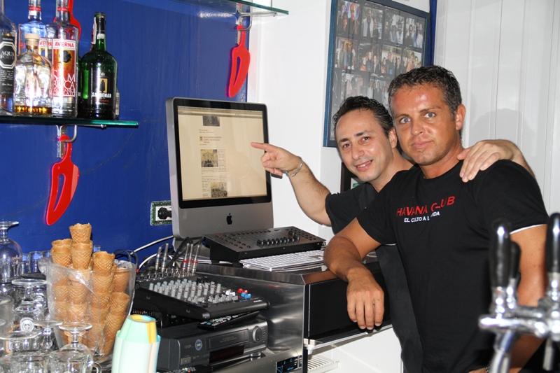 Claudio e Max gestori del Carpe Diem Ustica mostrano gli eventi della giornata