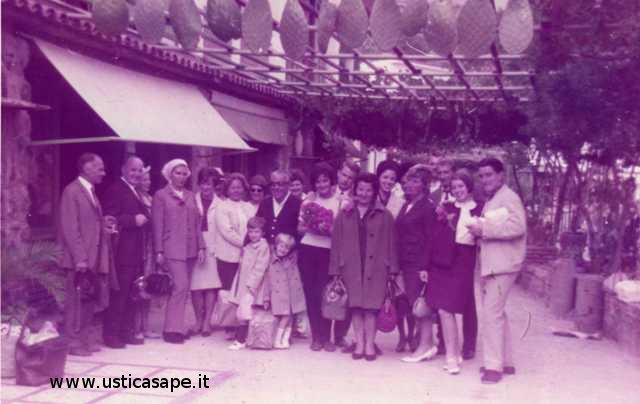 Arrivo e accoglienza di  turisti stranieri al grotta azzurra