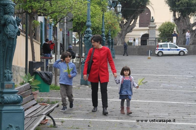 Mamma accompagna  i figli alla benedizione delle palme