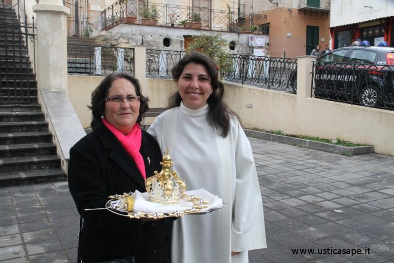 Chierichetta accompagna signora con Aureola e Corona per la Madonna