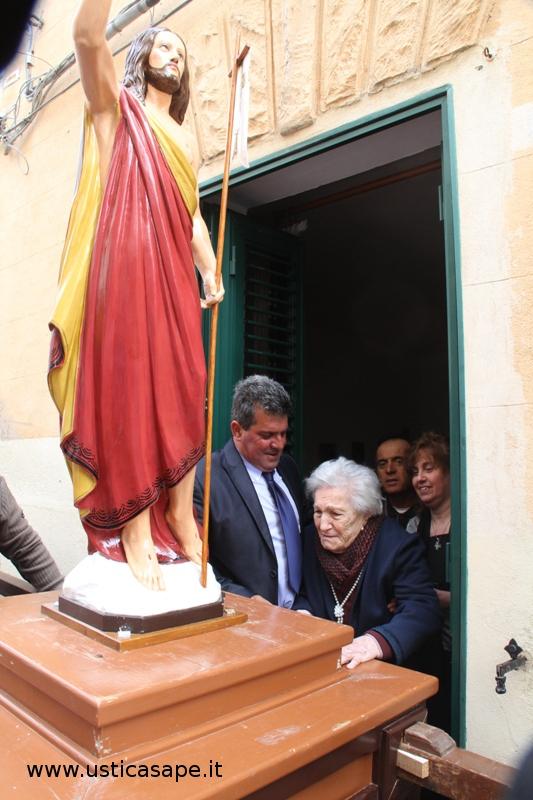 Il Cristo Redentore in processione sosta a casa di nonna Rosuna (quasi 102 anni)