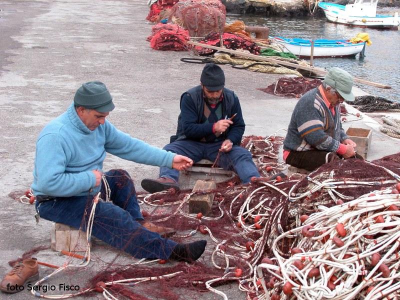 """L'arte di riparare  (""""sarciri"""") le reti da pesca"""