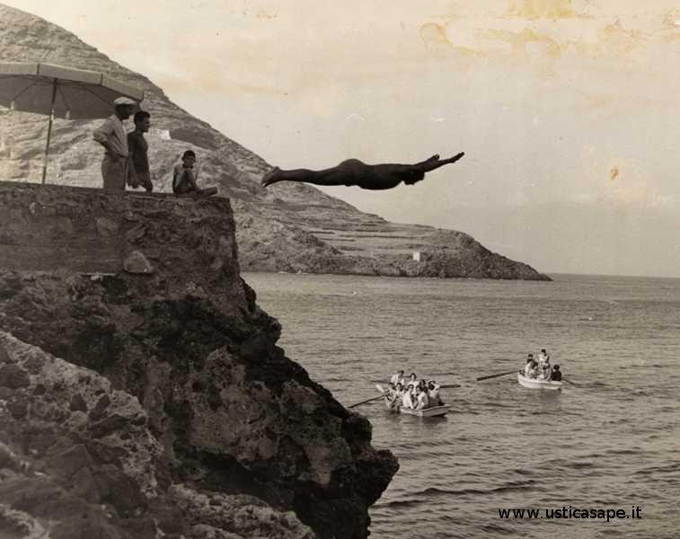 Il volo d'angelo di Camillo dalla grotta azzurra, spettacolo per i turisti
