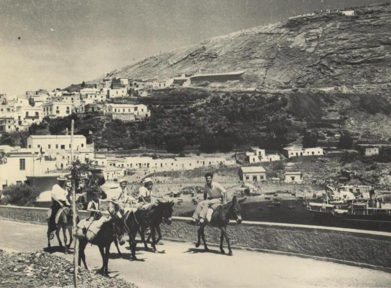 Ustica, caratteristica veduta della Cala Santa Maria, la Falconiera senza alberi e gli asinelli taxi