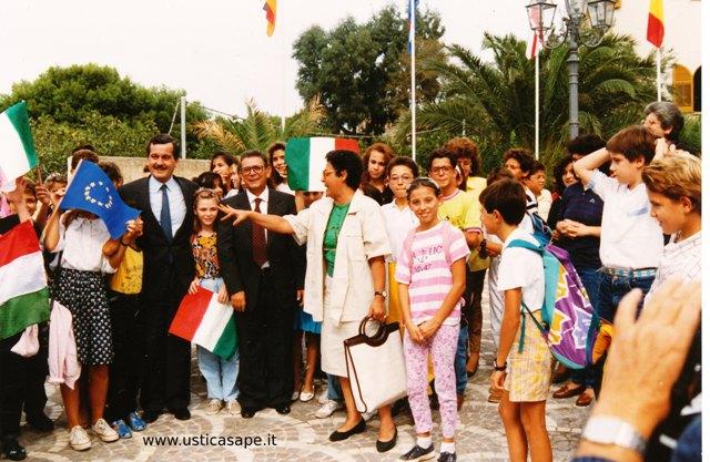 Il ministro Vizzini in visita ad Ustica incontra gli studenti