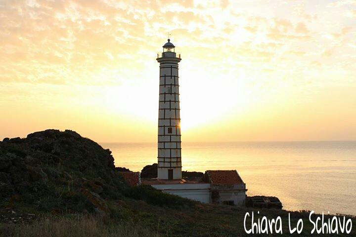 Ustica, Faro al tramonto