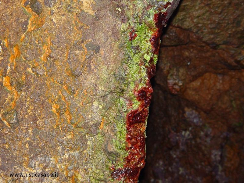 Ustica, pittoresca parete interno grotta dell'oro