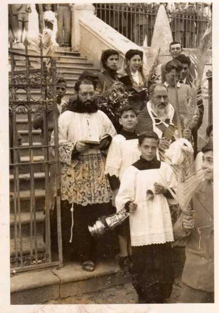 Domenica delle Palme (11-04-1954). il chierichetto turibolo è Pietro Ventrice