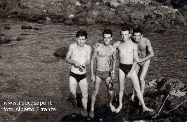 Quattro amici rientrano dopo una battuta di pesca subacquea