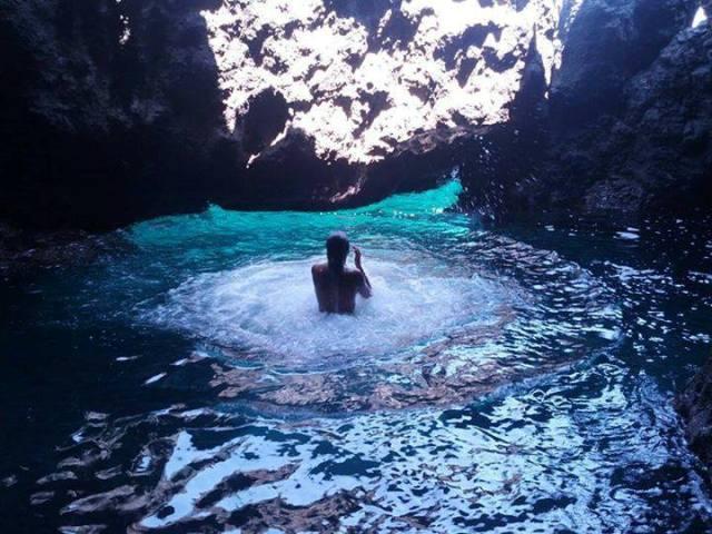 Ustica, piacevole bagnarsi nella grotta segreta