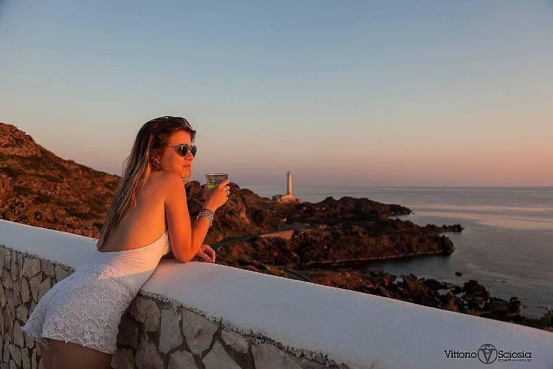 Aspettando il tramonto sul faro  di Punta Spalmatore di Ustica con Federica