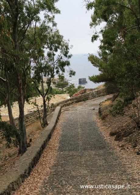 Ustica, strada che porta alla falconiera