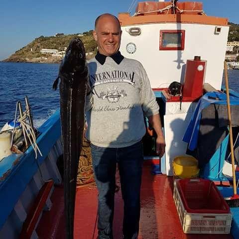 Lo chef Enzo Oliveri in barca con Nini' D'Angelo mostra un bel gronco catturato con le nasse
